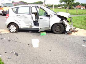 Zerrstörter PKW mit ausgelösten Airbags nach einem Verkehrsunfall.
