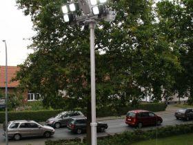 Tag 3: Pneumatisch fahrbarer Lichtmast auf dem Dach. Steuerbar über eine Fernbedienung im Gerätefach Rückseite.