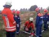 Jugendfeuerwehr übt, den Aufbau der Saugleitung, Umgang mit der Feuerlöschkreiselpumpe und Abgabe von Löschwasser.