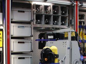 Tag 10: Entnahmehilfe für Atemschutzgerät und Kisten für einzelne Ausrüstung.