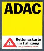 Infoaufkleber für eine Rettungskarte an der Frontscheibe eines PKW.